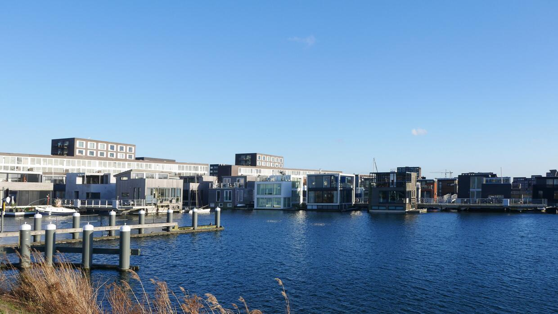 El vecindario, construido alrededor de una isla, tiene todo tipo de serv...