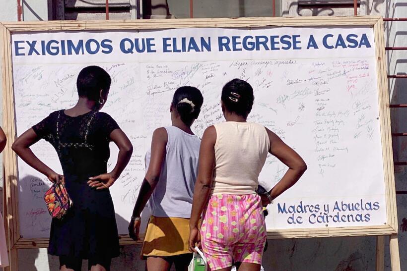 Women look at signatures in Cardenas, Cuba 06 December 1999 of those adv...