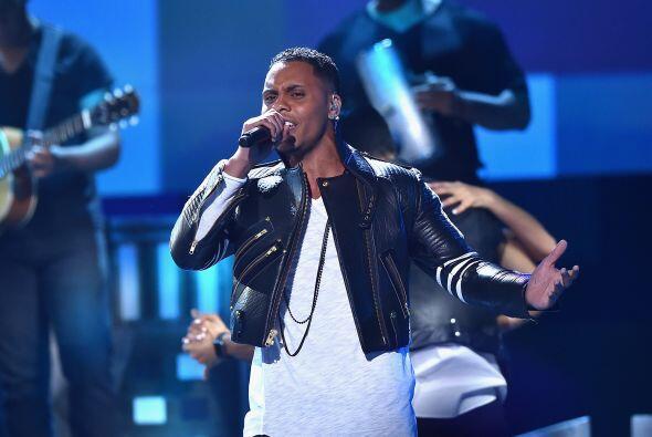 Yunel Cruz llegó al escenario de Premios Juventud para cantar 'Ay amiga'.
