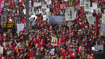 Multitudinaria marcha de maestros en Los Ángeles en medio de las negociaciones para poner fin a la huelga