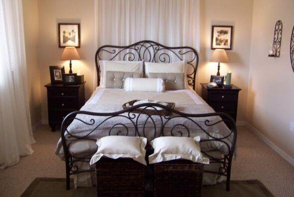 ¿Qué hacer con ese dormitorio? La cama siempre se sitúa en el centro de...