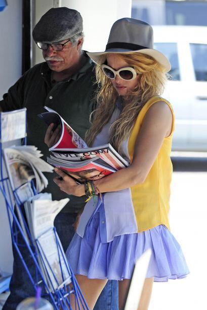 Ahora fue al puesto de periódicos donde compró varias revistas.Mira aquí...
