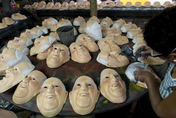 Las máscaras con el rostro de Francisco son otra prueba de su pop...