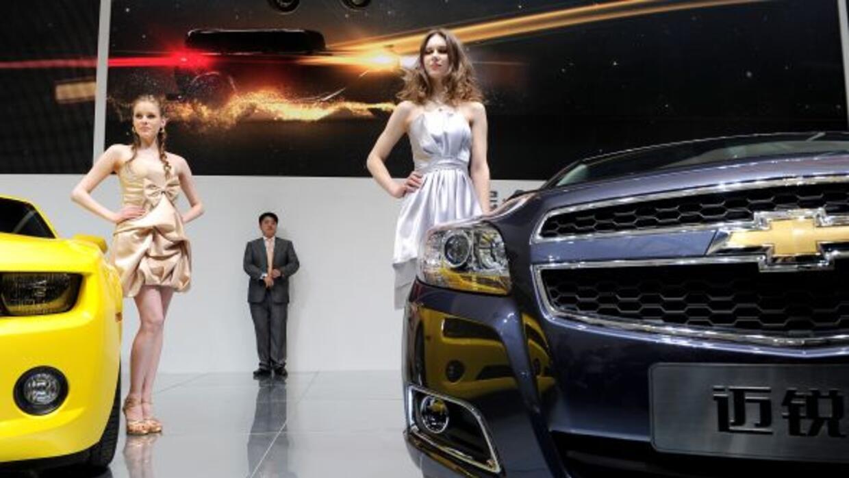 General Motors presentó su nuevo modelo para el mercado de China al lado...