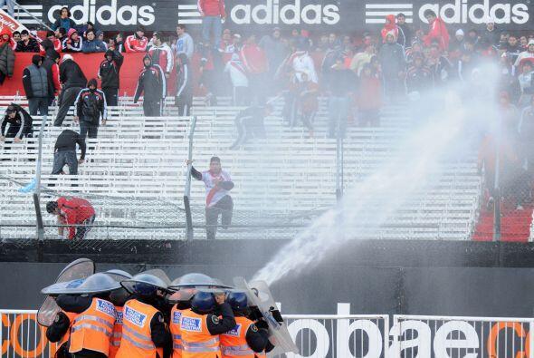 Los bomberos lanzaron  agua hacia las tribunas donde estaban los focos d...