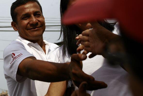 Según la ley peruana, gana las elecciones presidenciales quien obtiene m...