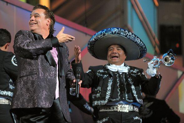 Juan Gabriel, humilde como siempre, le dio su lugar al mariachi.
