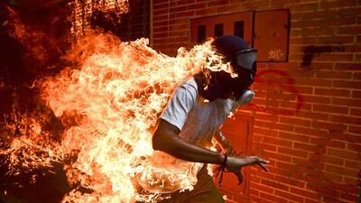 La foto de un manifestante venezolano huyendo en llamas gana el World Press Photo 2018