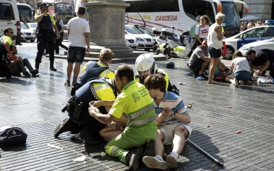 Socorristas atendiendo a los heridos en Las Ramblas