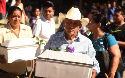 Familiares y vecinos de la localidad salvadoreña de El Mozote par...