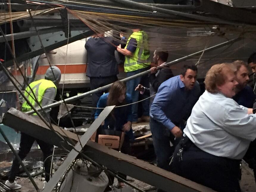 Las autoridades comenzaron la investigación del accidente de manera inme...