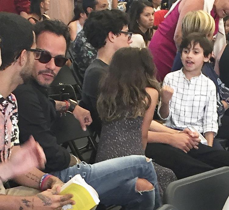 Muy animado Max conversando con su gemela Emme y su hermano Cristian, du...