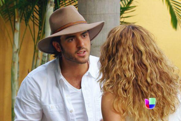 La atrapó con Abelardo en pleno beso y ahora piensa que él le soltó toda...