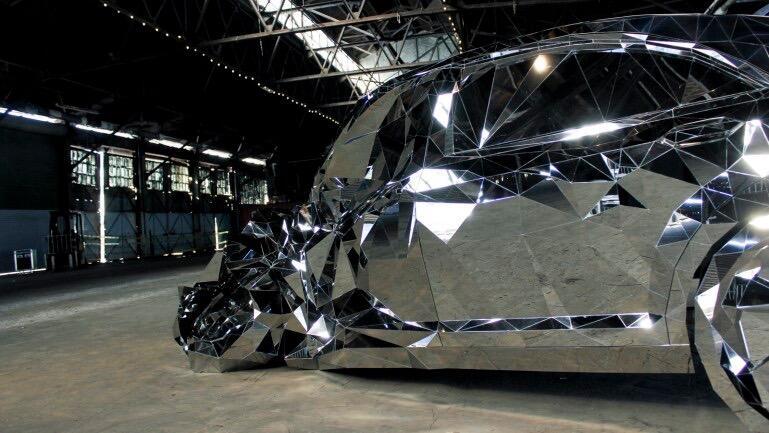 La ruina de un Mercedes-Benz como obra de arte Jordan_Griska_ExhibitionS...