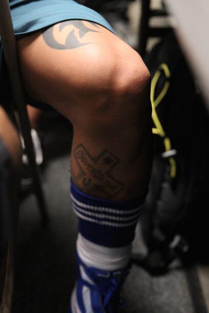 Donde tiene un tribal en el muslo de la pierna derecha.