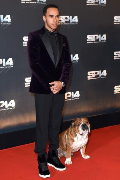 El corredor de coches F1 decidió llegar acompañado de Roscoe, un bulldog...
