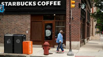 Starbucks cierra sus puertas para hablar de racismo con sus empleados