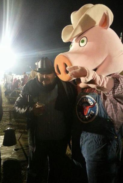Aunque luego se encontro con un cerdo gigante y su ego vaquero disminuyo...