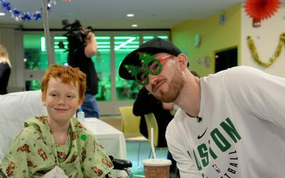 Gordon Hayward visitó a Tyson en el Boston Children's Hospital.