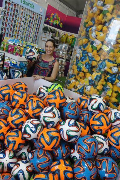 Fay, la esposa de Alberto, en la tienda oficial de FIFA.