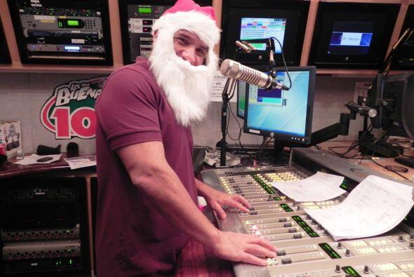 El DJ Primo Rafa de La Que Buena 105.1 FM demostró que Santa sabe progra...