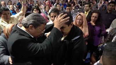 """""""El momento en que te tienen quebrado llorando, es el momento en que te meten la mano en el bolsillo"""": hija de un pastor en California"""