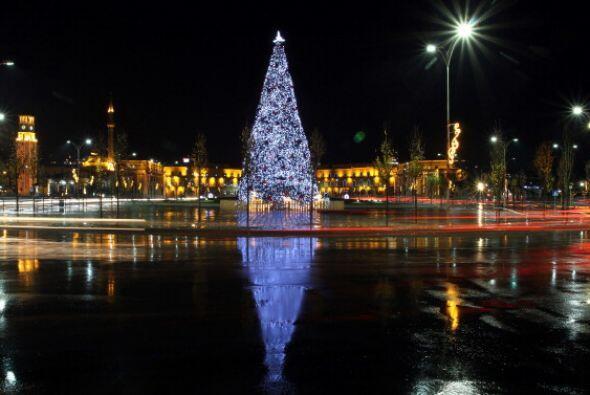 En Tirana, Albania el árbol adorna el centro de esta hermosa ciudad.