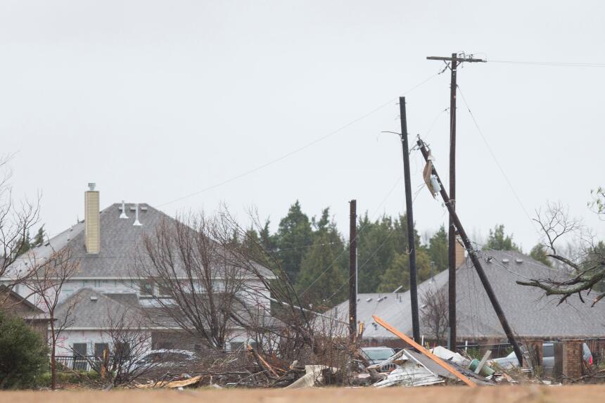 Tornados dejan una docena de muertos en Texas GettyImages-502601344_mast...