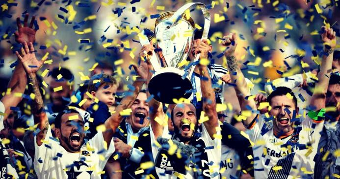 LA Galaxy alzando el trofeo de la MLS Cup