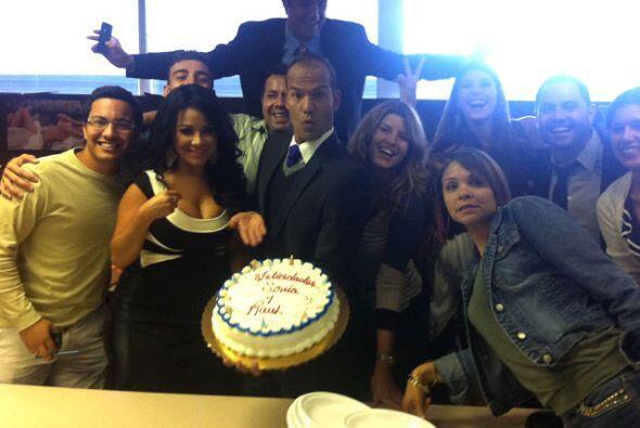 Al regresar a casa, sus compañero de 'La Tijera' le festejaron cumpleaño...