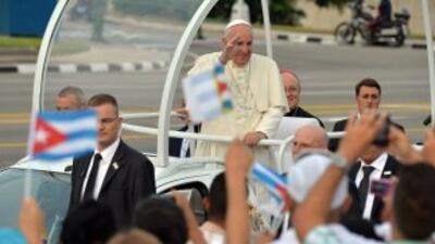 El papa Francisco a su llegada a la Plaza de la Revolución.