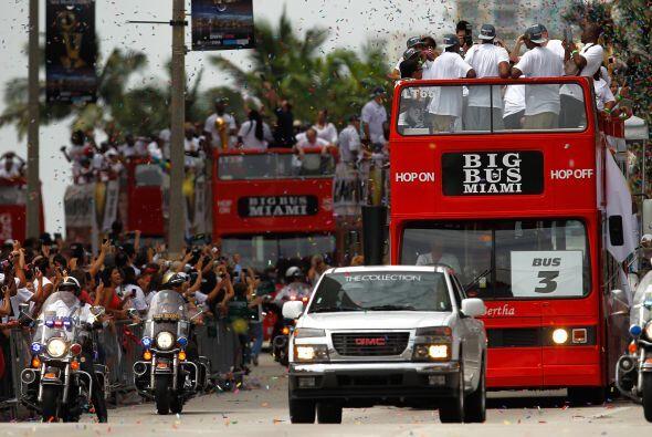 Los miles de fanáticos seguían la caravana del Heat.