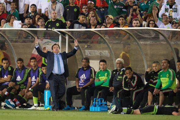 Miguel Herrera se mostraba molesto al inicio del juego pero a lo largo d...