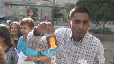 Imágenes de la familia de José Antonio Elena Rodríguez al salir de la Corte Federal en Tucson, Arizona.