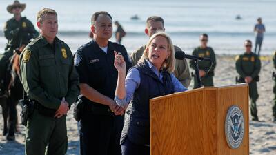 """Nielsen advierte a los migrantes y critica el fallo sobre asilo: """"No se equivoquen. No entrarán ilegalmente a EEUU"""""""