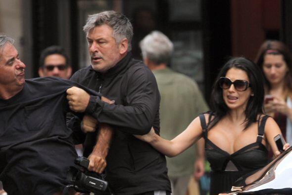 Baldwin se pone tan mal que ha llegado hasta los golpes con los fotógraf...