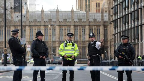 La policía custodia los alrededores del puente de Westminster Bridge y l...