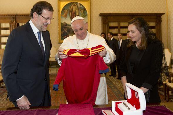 Mariano Rajoy y su esposa le obsequian al pontífice una camiseta de la s...