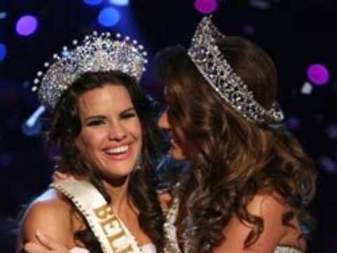 Después de ponerle la corona, Melissa felicitó a Greidys Gil.