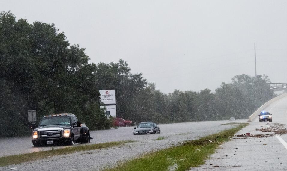 Una carretera convertida en río, Woodlands, Texas.