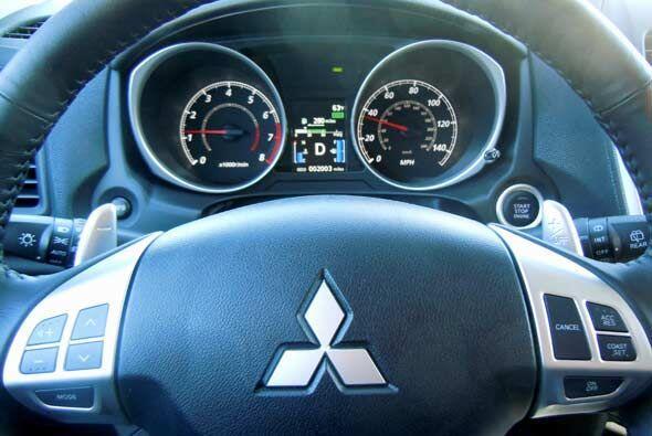 El tablero y el volante del Outlander Sport tiene el mismo diseño agresi...