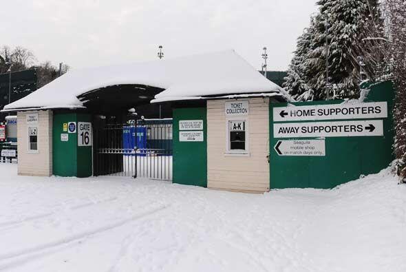 El fútbol de Inglaterra se vio afectado por la nieve, que obligó a cerra...