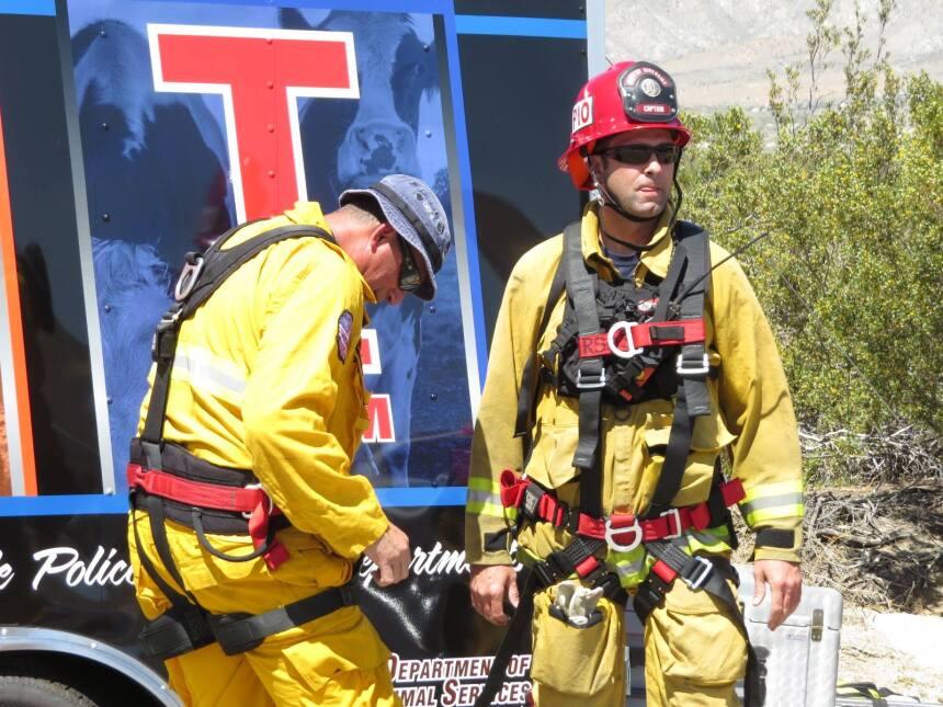 Dos miembros del equipo de rescate se preparan para la operación