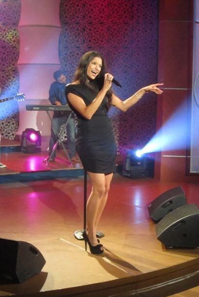 La cantante deleita con su hermosa voz