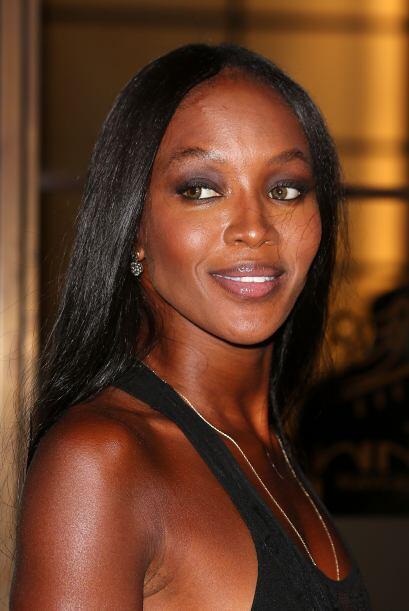 En lo que nosotros admiramos las costuras que Naomi Campbell modela, ell...