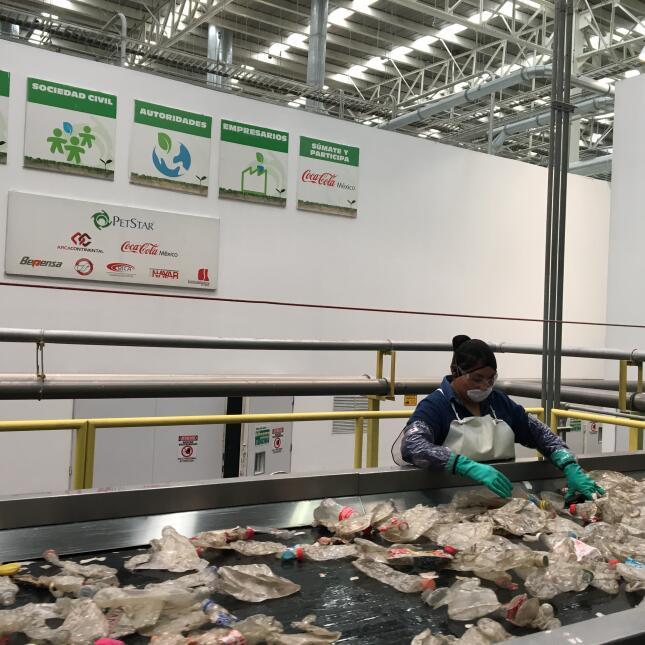 En la planta de reciclaje de Coca-Cola laboran bajo estrictas medidas de...