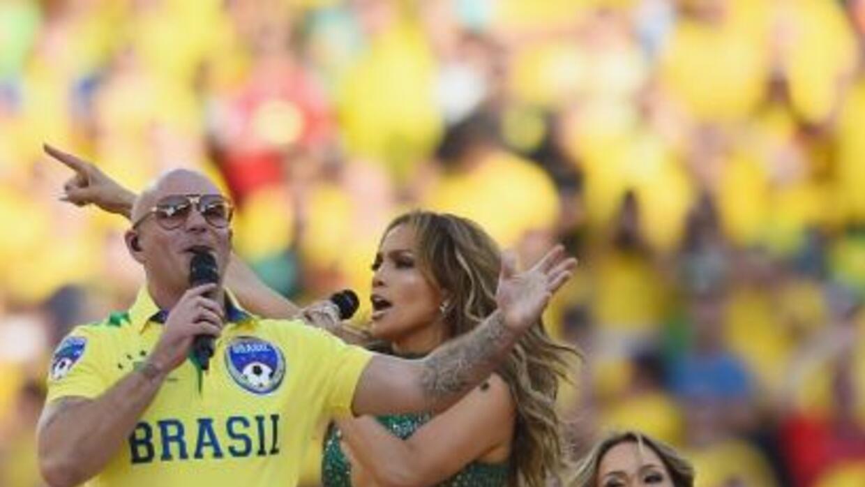 El rapero fue criticado severamente por usar un pantalón muy apretado du...