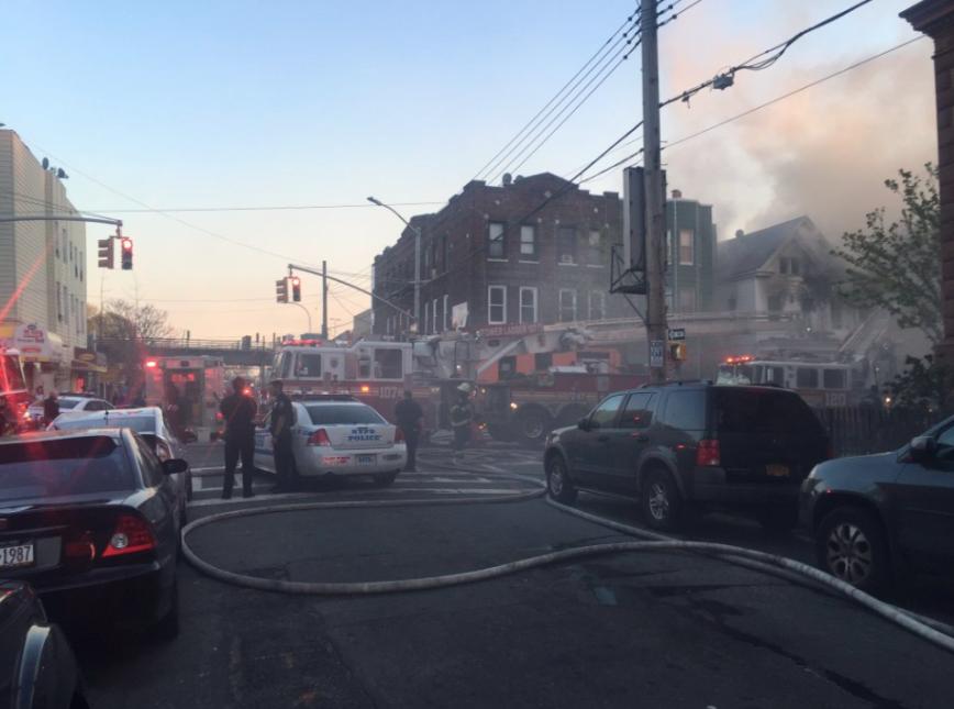 El incendio, de 5 alarmas, comenzó pasadas las 6:30 p.m. del domingo.