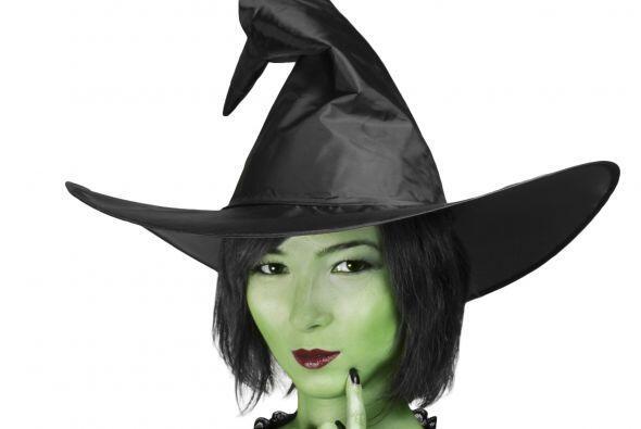 Consigue pintura verde. Para lograr un aspecto impactante de bruja, el c...