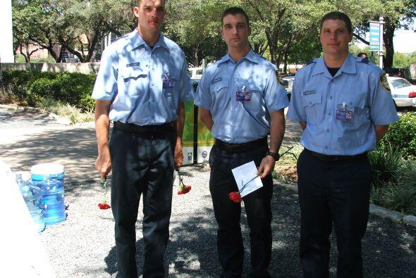 Miembros del Departamento de Bomberos recibieron al público con claveles...